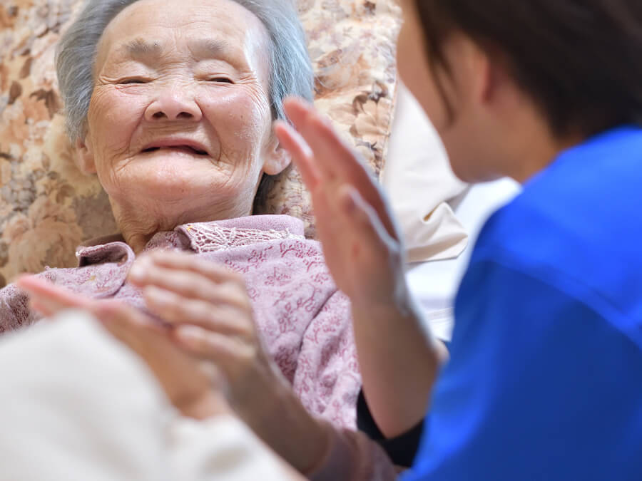介護士に介護される女性