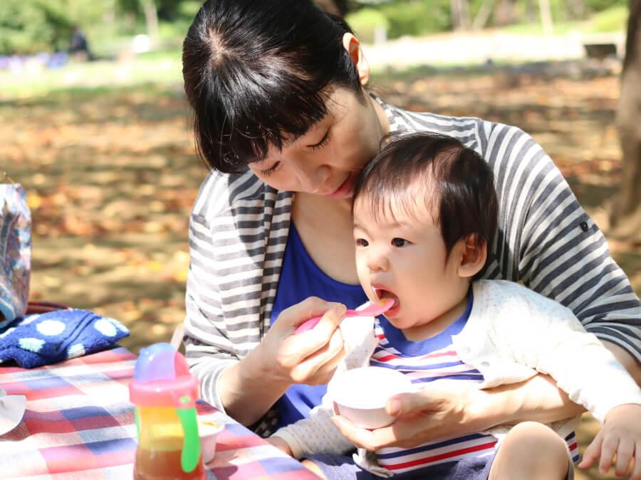 子どもにご飯をあげる母